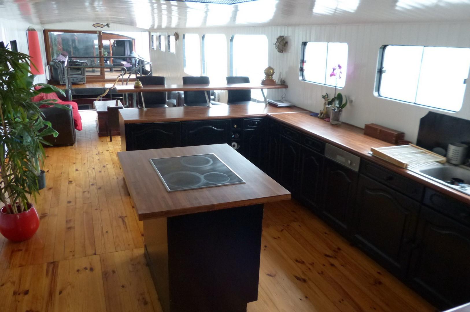 magnifique p niche d 39 habitation sur 2 niveaux seine plus sp cialiste du bateau logement. Black Bedroom Furniture Sets. Home Design Ideas